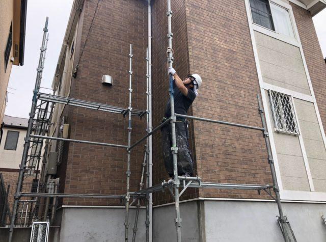 塗装工事の仮設足場作業状況